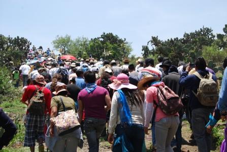 Ascenso al cerro. Ceremonia Solar en el Cerro de Tepetzinco. 16 de mayo de 2014. Fotografía:Mariana Robles